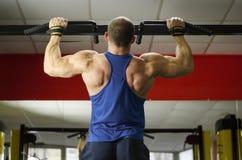 Atleta pesante maschio che fa tirata-UPS, ente maschile perfetto, vita sana Immagini Stock