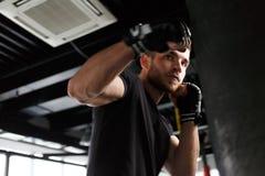 Atleta pociągi w bokserskich rękawiczkach Fotografia Stock