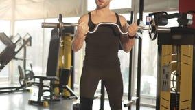 Atleta podnosi ciężkiego barbell i kontroluje oddychanie, rozgrzewkowi up mięśnie zbiory wideo