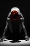 Atleta potente nel riflettore sul nero Fotografia Stock