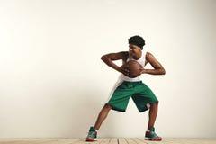 Atleta preto apto que joga com um basquetebol do vintage Foto de Stock
