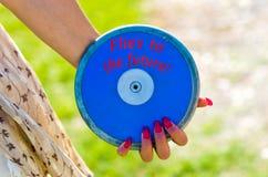 Atleta pronto a gettare un disco rosso immagini stock