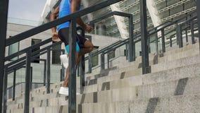 Atleta que aquece-se antes do ultramarathon, exercícios exteriores ativos e movimentando-se filme