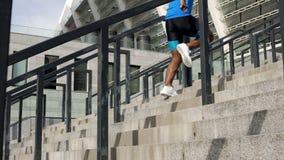 Atleta que calienta antes de la competencia, corriendo arriba cerca de vida del active del estadio imagenes de archivo