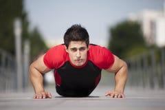 Atleta que faz alguma flexão de braço Fotos de Stock