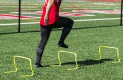 Atleta que faz brocas da força e da velocidade sem sapatas sobre imagens de stock royalty free
