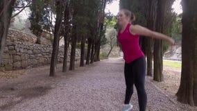 Atleta que faz cardio- exercícios de salto video estoque