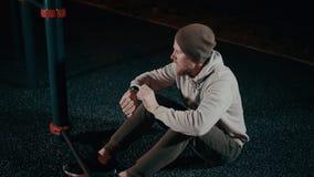 Atleta que faz cruches abdominais na noite filme