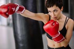 Atleta que faz um assalto elimine um ataque organize a luta foto de stock