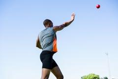 Atleta que lanza la bola lanzamiento de peso Fotografía de archivo libre de regalías