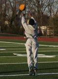 Atleta que lanza una bola de medicina adelante y el salto Imagen de archivo