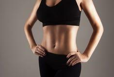 Atleta que muestra el estómago delgado perfecto fotos de archivo libres de regalías