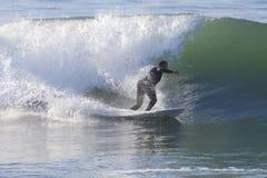 Atleta que practica surf en la playa de Santa Cruz en California Foto de archivo
