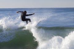 Atleta que practica surf en la playa de Santa Cruz en California Fotos de archivo