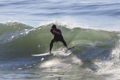 Atleta que practica surf en la playa de Santa Cruz en California Imagen de archivo libre de regalías