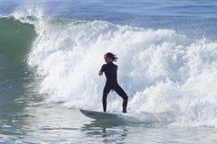 Atleta que practica surf en la playa de Santa Cruz en California Imagen de archivo