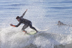 Atleta que practica surf en la playa de Santa Cruz en California Foto de archivo libre de regalías