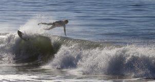 Atleta que practica surf en la playa de Santa Cruz en California Fotos de archivo libres de regalías