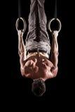 Atleta que pratica nos anéis Fotos de Stock Royalty Free