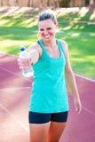 Atleta que prende uma garrafa de água Imagem de Stock
