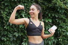 Atleta que prepara-se para o cardio- treinamento Pés na terra Imagem de Stock