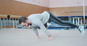 Atleta que realiza pectorales del planche en el gimnasio almacen de video