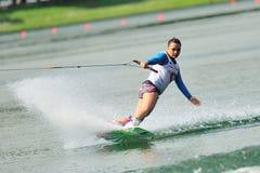 Atleta que realiza truco durante el equipo universitario inter nacional de Singapur del Rip Curl Foto de archivo