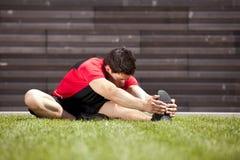 Atleta que se calienta y que estira foto de archivo libre de regalías