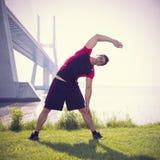 Atleta que se calienta y que estira fotografía de archivo