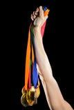 Atleta que sostiene las medallas de oro después de la victoria Imagen de archivo libre de regalías