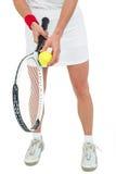 Atleta que sostiene una estafa de tenis lista para servir Foto de archivo