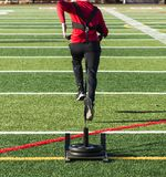 Atleta que tira de un trineo con los pesos Fotografía de archivo