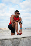 Atleta que toma resto running do exercício imagens de stock royalty free