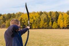 Atleta que visa um alvo e tiros uma seta archery foto de stock royalty free
