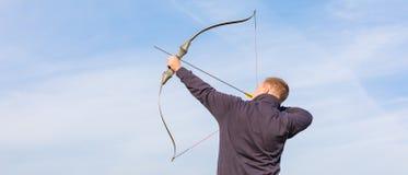 Atleta que visa um alvo e tiros uma seta archery bandeira imagem de stock royalty free