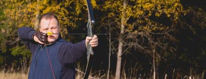 Atleta que visa um alvo e tiros uma seta archery bandeira imagem de stock