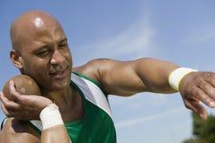 Atleta Ready To Throw lanzamiento de peso Imágenes de archivo libres de regalías