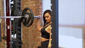 Atleta Removes Weight de la muchacha de la barra almacen de metraje de vídeo