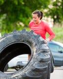 Atleta resuelto Flipping Tractor Tire imágenes de archivo libres de regalías