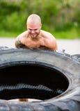 Atleta resuelto Flipping Truck Tire fotos de archivo