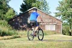 Atleta Retiree Male Cyclist que ejercita Biking del casco que lleva imagen de archivo libre de regalías