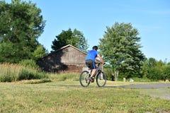 Atleta Retiree Male Cyclist y bici del montar a caballo del ejercicio foto de archivo libre de regalías