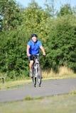 Atleta Retiree Male Cyclist y ejercicio de la felicidad imágenes de archivo libres de regalías