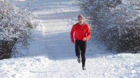 Atleta Running na neve Imagens de Stock Royalty Free