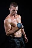 Atleta senza camicia bello che risolve con la testa di legno Fotografie Stock