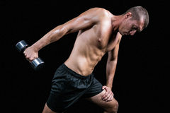 Atleta senza camicia che risolve con la testa di legno Fotografie Stock