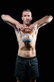 Atleta senza camicia sicuro che si esercita con il kettlebell Immagine Stock Libera da Diritti