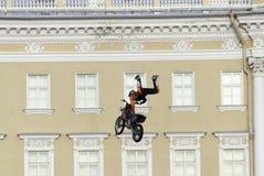 Atleta skacze motocykl fotografia stock