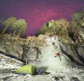 Atleta solo della tenda nell'ambito del icefall Immagini Stock Libere da Diritti