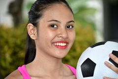 Atleta sorridente Female Soccer Player fotografia stock libera da diritti